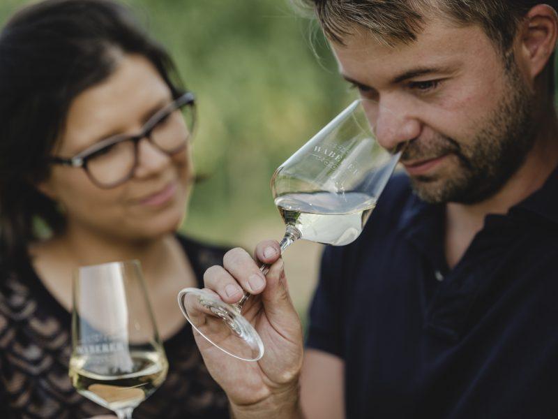 Sibel und Alexander Waberer verkosten den Wein