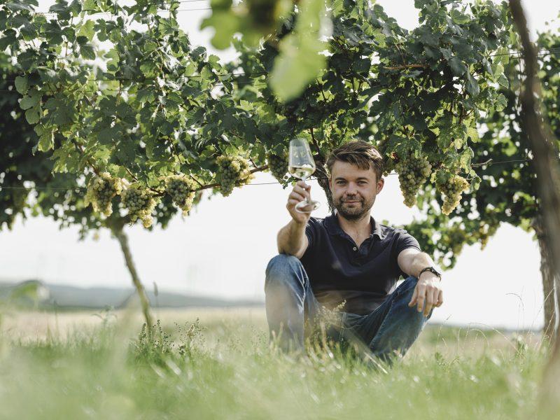 Alexander Waberer sitzend im Weingarten